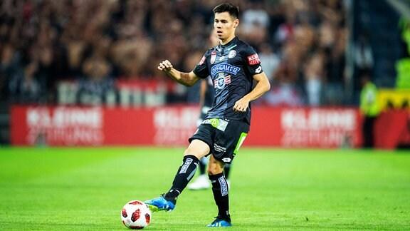Raphael Obermair (Sturm Graz) am Ball.