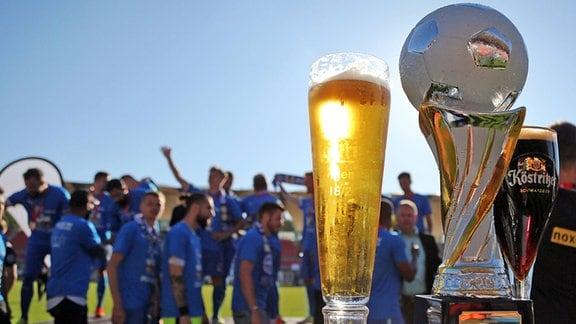 Pokal und Siegerbier, dahinter die Nordhäuser Mannschaft