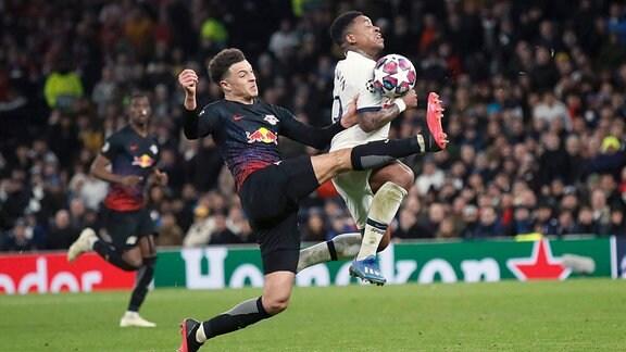Zwei Fußballspieler kämpfen um den Ball.