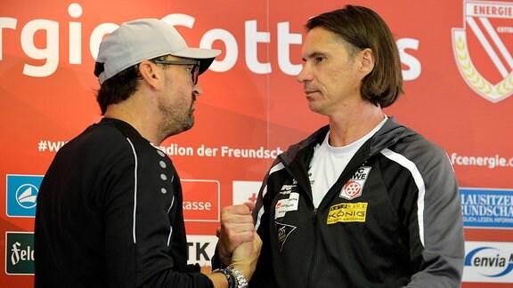 Handshake zwischen Thomas Brdaric (Trainer Rot-Weiß Erfurt) (re.) und Claus-Dieter Wollitz (Trainer Energie Cottbus( (li.) nach dem Spiel Cottbus gegen Erfurt (04.08.2019)