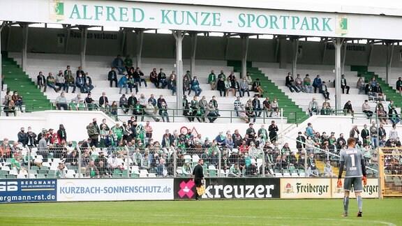 Fans der BSG Chemie Leipzig im Alfred-Kunze-Sportpark