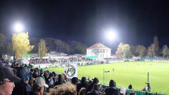 Der Alfred-Kunze-Sportpark mit Flutlicht im DFB-Pokalspiel 2018 gegen Paderborn
