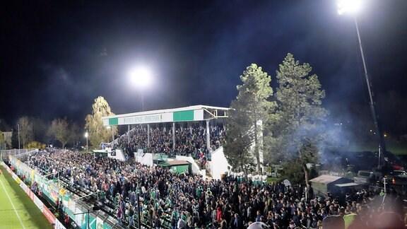 Fans von Chemie Leipzig 2018 bei einem Spiel unter Flutlicht in Leipzig-Leutzsch.