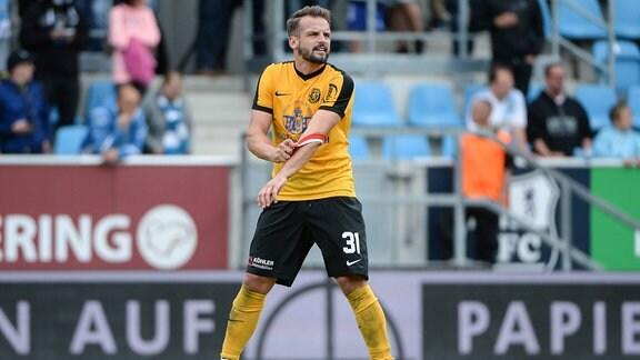 Marcel Schlosser (VfB Auerbach, 31) reisst sich nach Spielende die Kapitänsbind vom Arm