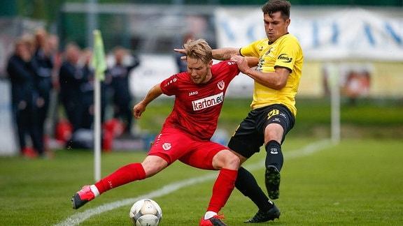 Zweikampf zwischen Florian Bruegmann Energie Cottbus, 2, und Thomas Stock VfB Auerbach