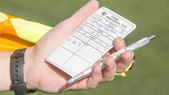 Ein Schiedsrichter notiert einen Spielerwechsel.
