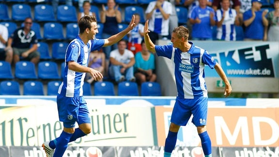 Torjubel - Torschütze Christian Beck (li.) trifft zum 2-2 und Matthias Steinborn (1. FC Magdeburg)