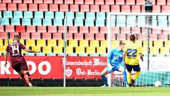 Marc-Frank Brasnic (BFC Dynamo) erzielt das Tor zum 1:0 gegen Torwart Christopher Hanf (Lok Leipzig) und Maik Salewski (Lok Leipzig)