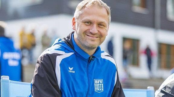 Trainer Erik Schmidt vom Bischofswerdaer FV 08 lächelt.