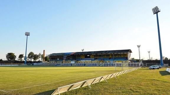 Blick ins Bruno-Plache-Stadion mit Flutlichtmasten und Haupttribüne.