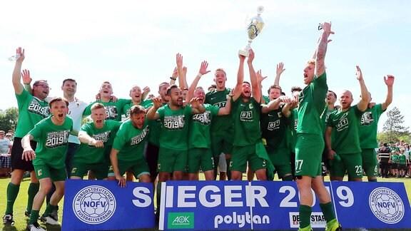 Chemie Leipzig - Oberligameister und Regionalligaaufsteiger. Mannschaftsfoto und Stefan Karau (3, Chemie) mit Meisterpokal.