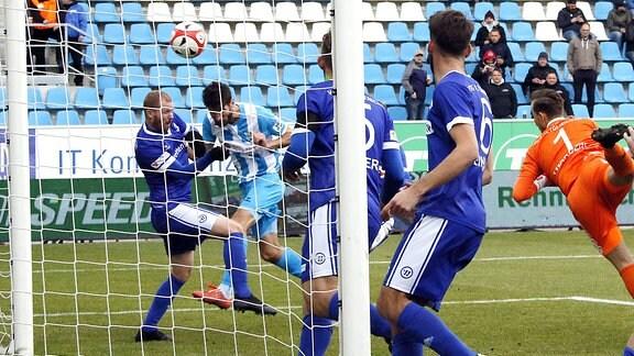 Niklas Hoheneder (CFC), zweiter von links, köpft den Ball ein zum 1: 0 Chemnitz Sachsen