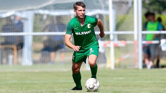 Stefan Karau (Chemie Leipzig) am Ball.
