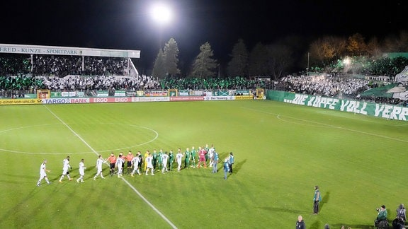 Fans von Chemie Leipzig beim ersten Spiel unter Flutlicht im Alfred-Kunze-Sportpark