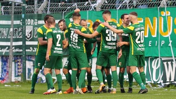 Spieler von Chemie Leipzig stehen im Kreis.