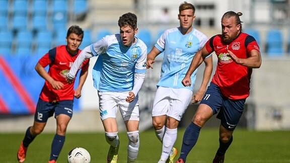 Noah Baumann FC Eilenburg, 12 Niclas Walther Chemnitzer FC, 4 Lukas Aigner Chemnitzer FC, 19 und Branden Garrett Stelmak FC Eilenburg, 11 im Zweikampf