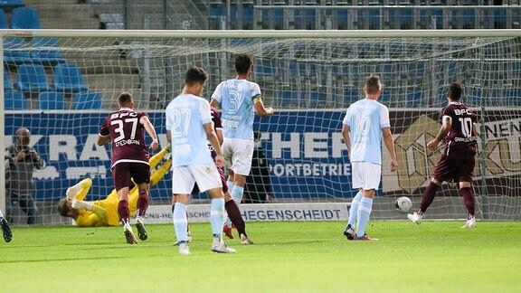 Tor für den BFC Dynamo, Ronny Garbuschewski (10, BFC Dynamo) trifft zum 0:1 gegen Torhüter Jakub Jakubov (1, Chemnitz) per Strafstoß