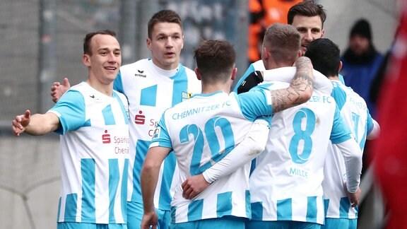 Tor für Chemnitz, Torjubel nach dem Treffer zum 2:0 durch Torschütze Daniel Frahn (2.v.li., 11, Chemnitz).