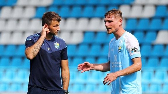 Trainer Daniel Berlinski (Chemnitzer FC) und Robert Zickert (21, Chemnitz) diskutieren