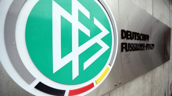Das Logo des DFB an der DFB-Zentrale in Frankfurt