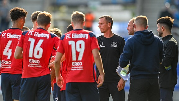 Trainer Nico Knaubel FC Eilenburg 4.v.re. hält während einer Verletzungspause eine Ansprache an seine Spieler