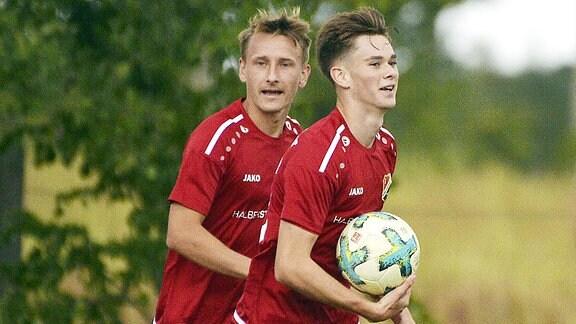 Torjubel bei VfB Germania Halberstadt nach dem 0:6 von Elias Loeder (Mittelfeld Halberstadt) (re.) beim Landespokalspiel Nedlitz vs. Halberstadt