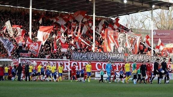 Die Mannschaften betreten das Feld. Energie Cottbus - 1. FC Lok Leipzig