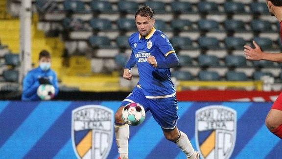 Fabian Eisele, FC Carl Zeiss Jena, am Ball.