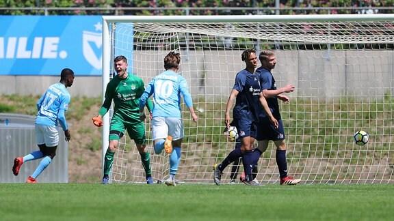 Tor für Berlin, Treffer zum 1:2 durch Torschütze Mc Moordy Hüther (li.,17, Berlin).