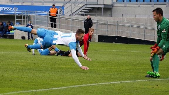 In der Luft Daniel Frahn (CFC)- Torschütze zum 2:0, rechts Jan Konecny (Neugersdorf).