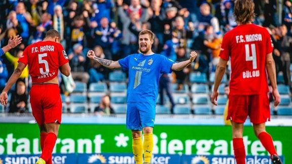 Dominik Bock 14 FC Carl Zeiss Jena jubelt nach dem 3:1-Treffer im 3. Liga Spiel des FC Carl Zeiss Jena gegen den F.C. Hansa Rostock am 3. November 2019 auf dem Ernst-Abbe-Sportfeld in Jena.