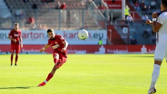Dominik Pelivan Energie Cottbus,  erzielt per Freistoß den 3-2-Siegtreffer