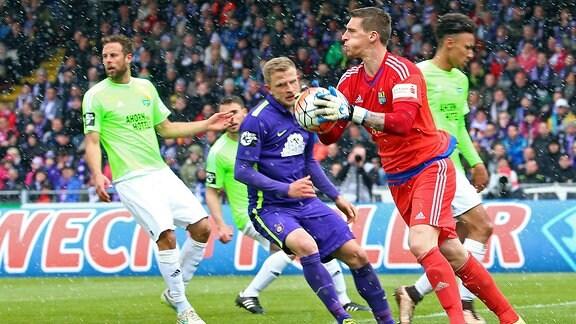 Der Chemnitzer Torhüter Kevin Kunz sichert den Ball gegen Aues Nicky Adler
