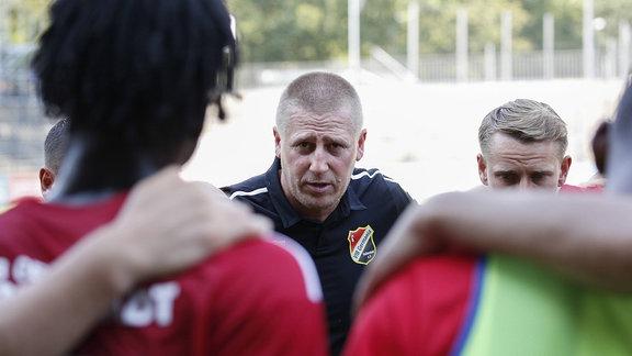 Sven Koerner spricht nach Abpfiff zu seinen Spielern.