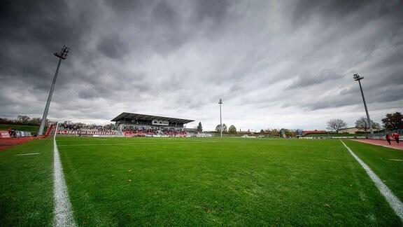 Fußballstadion unter Wolken