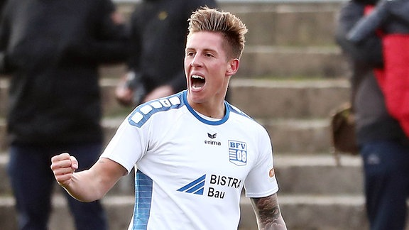 Torjubel nach dem Treffer zum 1:0 durch Torschütze Hannes Graf ( Bischofswerda)