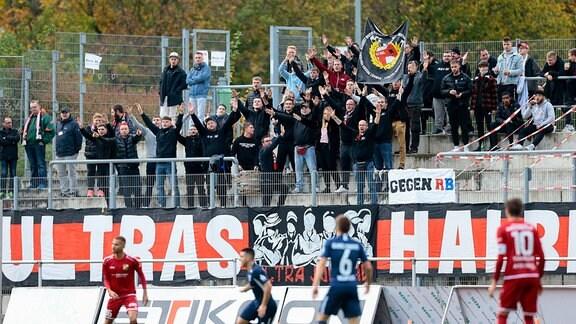 Fans auf der Tribüne bei der Begegnung VfB Germania Halberstadt - SV Babelsberg 03