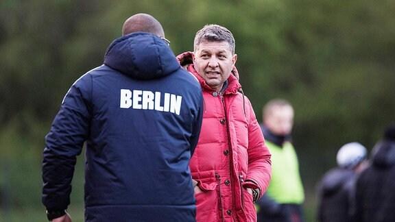 Manager Mehmet Ali Han (BAK 07) redet mit Interimstrainer Abu Njie (BAK)