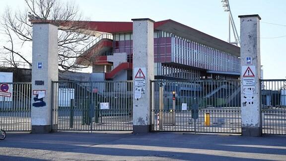 der Jahn-Sportpark ist wegen der Corona-Pandemie gesperrt, das Tor ist verschlossen