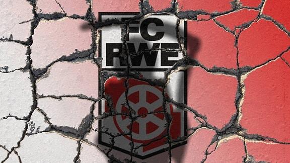 Symbolbild zur Insolvenz des Traditionsclubs Rot Weiß Erfurt: Vereinsemblem und Vereinsfarben auf erodierendem Grund mit Schatten eines Sensenmann