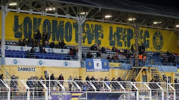 Zuschauer im Stadion unter Hygienebestimmungen und Abstandsregelungen auf Grund der Coronakrise