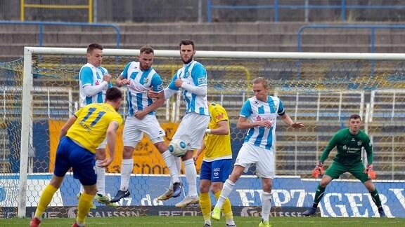 Freistoß Ryan Malone (Defensives Mittelfeld Lok Leipzig) (li) in die Abwehrmauer des CFC im Fußball-Regionalligaspiel Lok Leipzig gegen Chemnitz