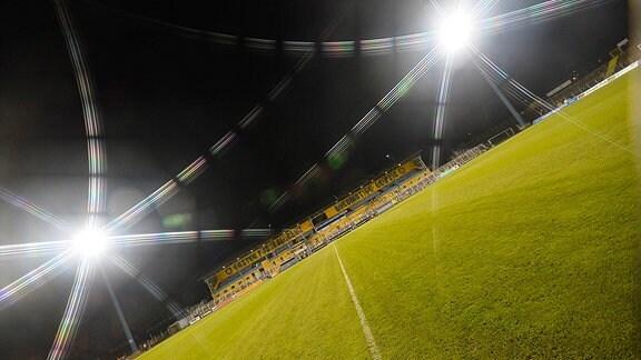 Blick auf Flutlichtmasten und eine leere Tribüne im Bruno-Plache-Stadion nach dem Spiel Lok Leipzig gegen ZFC Meuselwitz