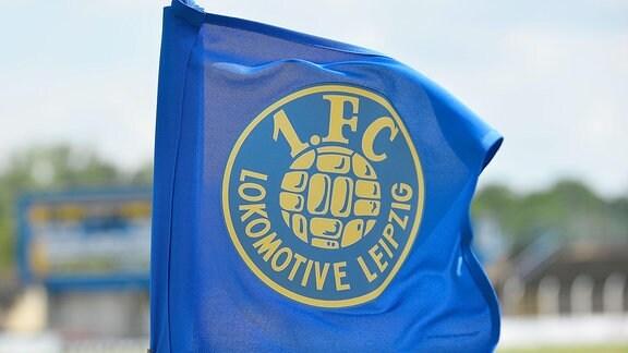 Eine Eckfahne mit dem Emblem von Lok Leipzig beim Spiel Lok Leipzig gegen SC Verl