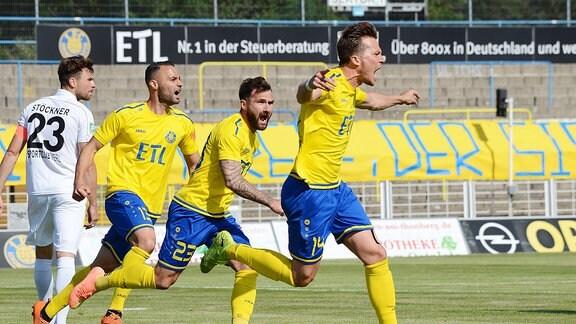 Jubel bei Patrick Wolf (Innenverteidiger Lok Leipzig, Rueckennummer 14) (re.) nach seinem Tor zum 1:0 im Spiel Lok Leipzig gegen SC Verl.