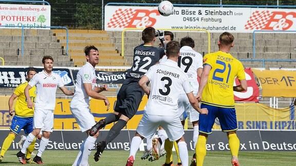Robin Brüseke (Torwart SC Verl, ) faustet einen Ball weg vor Jan Schöppner (Zentrales Mittelfeld SC Verl, Rückennummer 3), Yannick Langesberg (Innenverteidiger SC Verl, Rückennummer 19) und Robert Zickert (Innenverteidiger Lok Leipzig, Rückennummer 21) (v.l.n.r.)