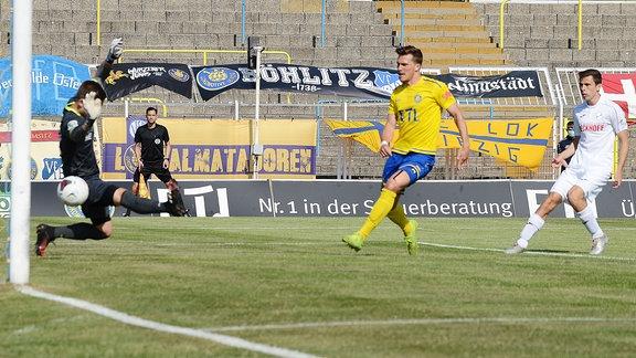 Patrick Wolf (Innenverteidiger Lok Leipzig, Rückennummer 14) (Mitte) erzielt das 1:0 gegen Robin Brüseke (Torwart SC Verl, Rückennummer 32) (li.)