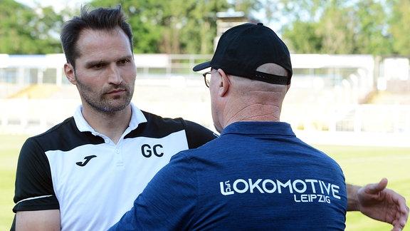Umarmung von Guerino Capretti (Trainer SC Verl) (li.) und Wolfgang Wolf (Sportdirektor und Trainer Lok Leipzig) (re.) nach dem Spiel.