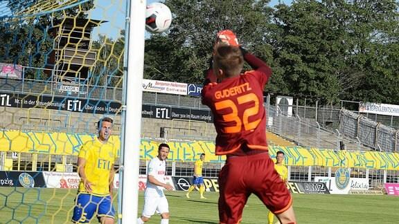 Eigentor durch Fabian Guderitz (Torwart Lok Leipzig, Rückennummer 32) (re.) im Spiel Lok Leipzig gegen SC Verl (25.06.2020). Guderitz lässt den Ball durch die Hände ins eigene Tor rutschen.