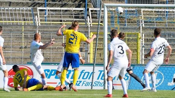 Djamal Ziane (Mittelstuermer Lok Leipzig, Rueckennummer 13) (li. am Boden) trifft im Spiel Lok Leipzig gegen SC Verl (25.06.2020) die Unterkante der Latte.